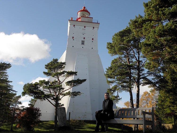 Марина Саморосенко у древнего маяка Эстонии