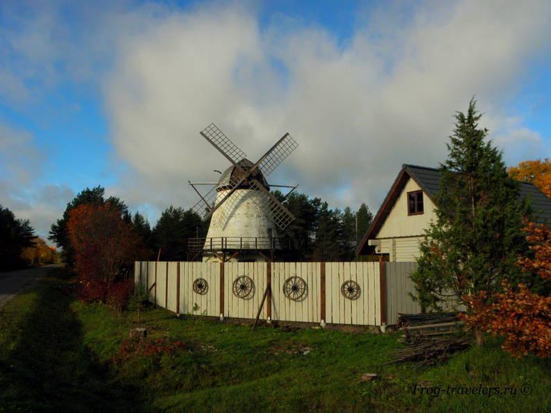 Мельницы в Эстонии. Мельницы острова Сааремаа. Мельница на трассе