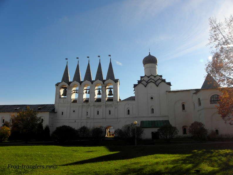 Звонница Тихвинского монастыря фото