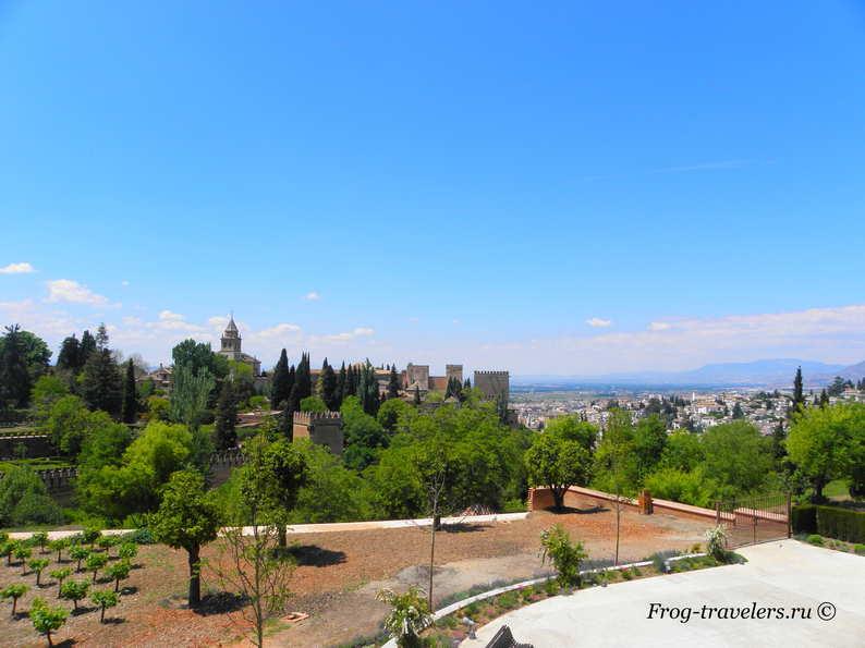 Испания Андалузия город Гранада: Архитектурно-парковый комплекс крепость дворец Альгамбра фото