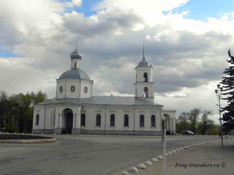 Троицкий собор на северном берегу реки Великой