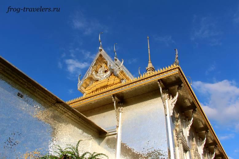 Храм из зеркала Ват Муанг (Wat Muang)