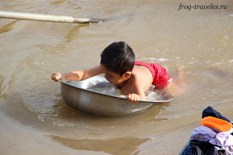 Дети плавают в тазиках