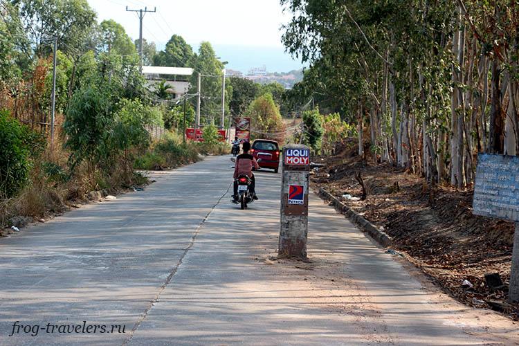 Столбы на дороге в Сиануквиле