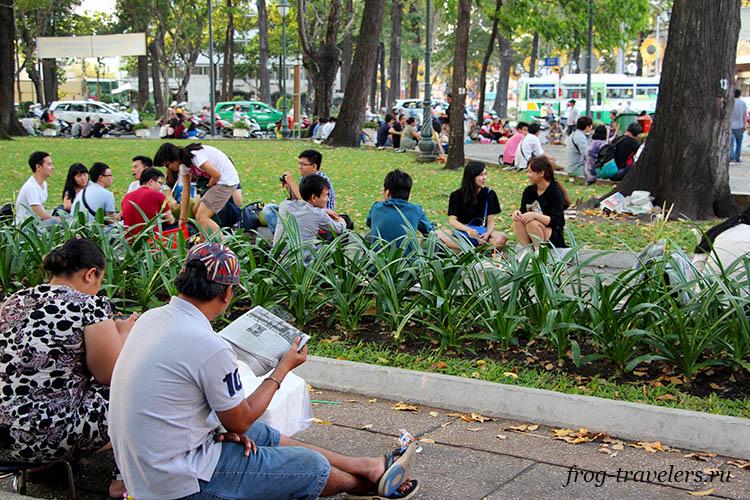 Вьетнамцы отдыхают в парке