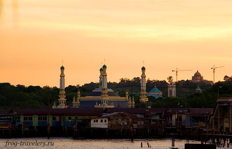 Красивая мечеть в одной из деревень на воде