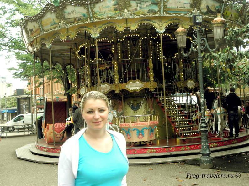 Марина Саморосенко у карусели в розовом городе Франции