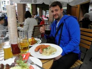 Германия. Ашаффенбург. Немецкие сосиски, колбаски и пиво