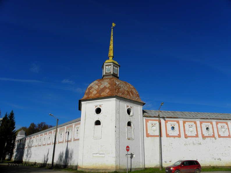 Стены Тихвинского монастыря
