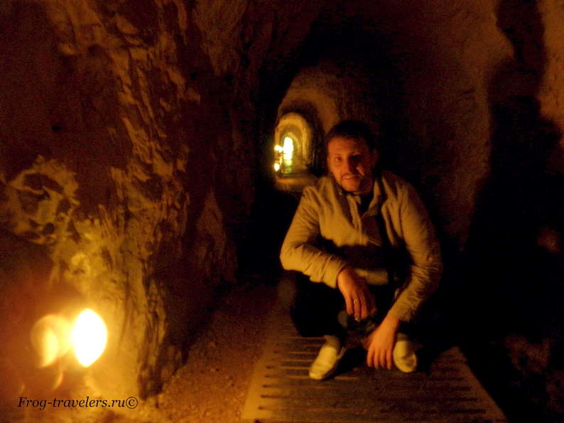 Костя Саморосенко в тоннеле под водопадом