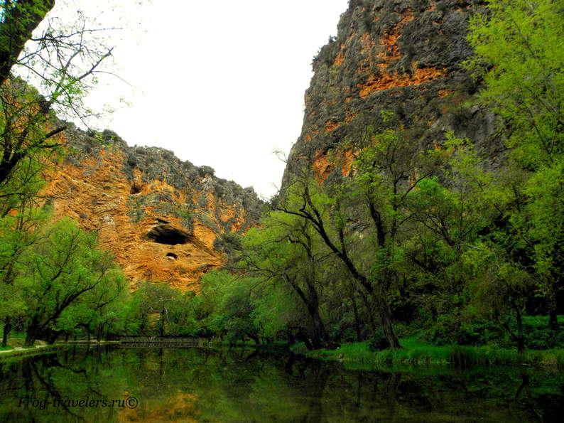 Пещеры в красных горах