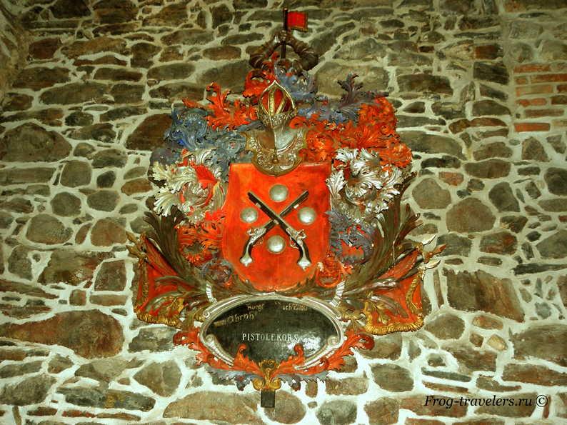 Герб в замке