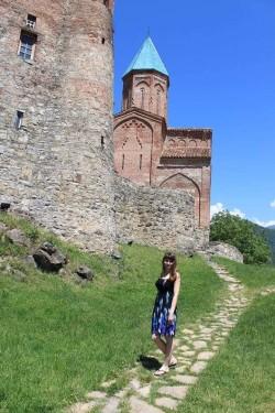 Мила в Грузии изучает местные достопримечательности