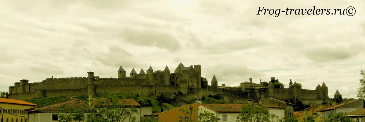 Франция. Город-крепость Каркассон (Каркасон). Средневековый замок в Лангедоке. Вид со Старого моста Вьё через реку Од