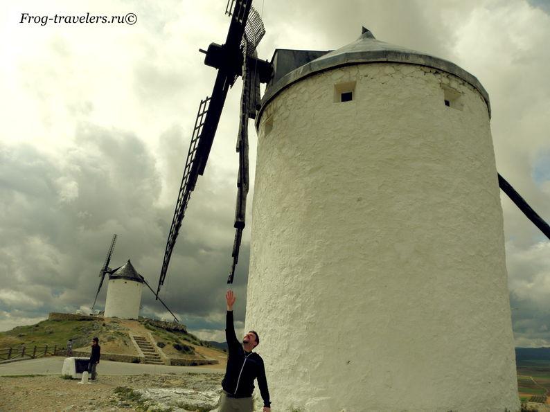 Борьба ветряными мельницами Дон Кихота Ламанчского провинции Кастилия Ла-Манча в Испании фото