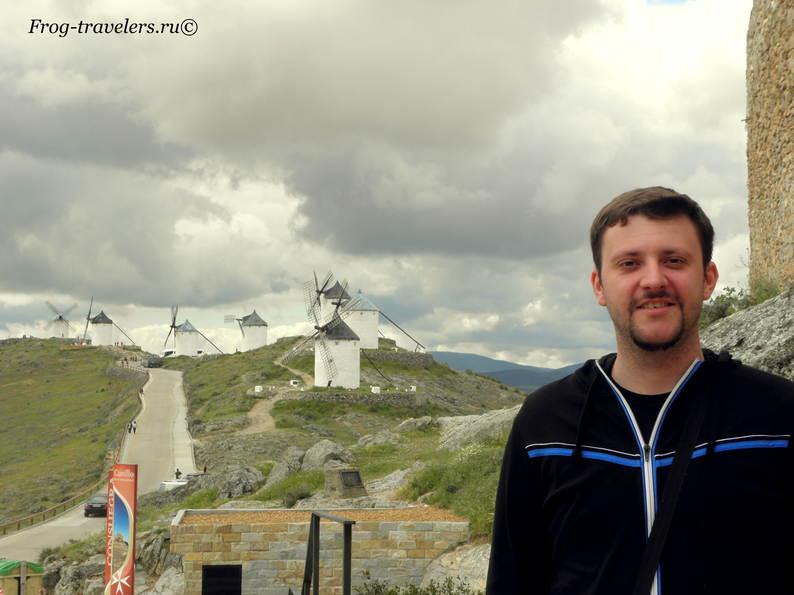 Криптанские поля и ветряные мельницы провинции Кастилия Ла-Манча в Испании