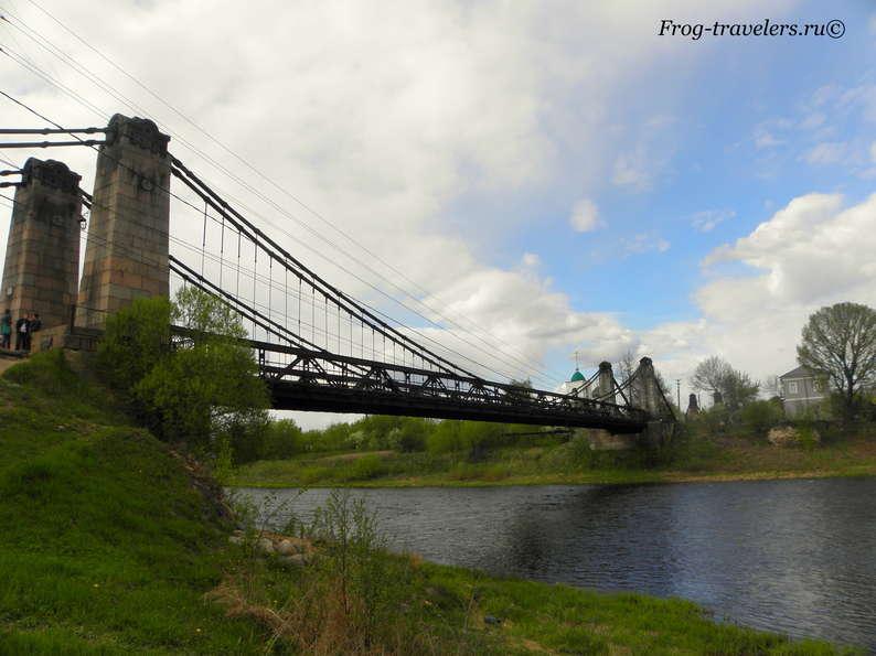 Цепные мосты города Острова Псковской области на реке Великой фото