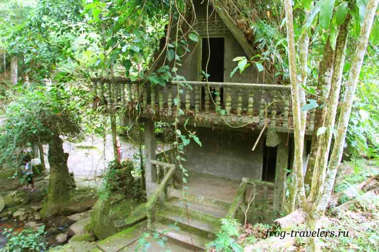 Дом для монахов в саду Будды