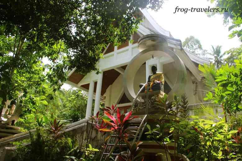 Монах храма Хин Лад