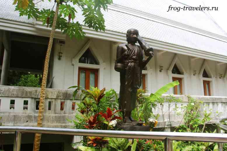 Статуя возле храма