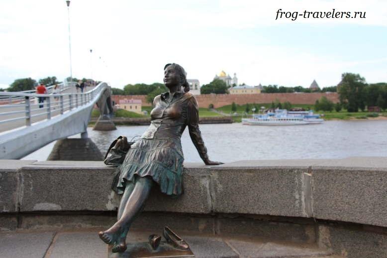 Памятник девушке-туристке в Великом Новгороде
