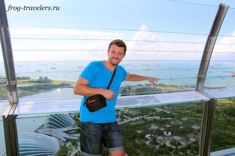 Костя Саморосенко на крыше отеля с бассейном Marina Bay Sands