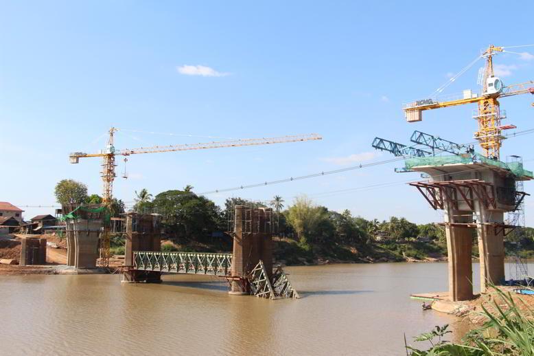Разрушенный мост Паксе Лаос