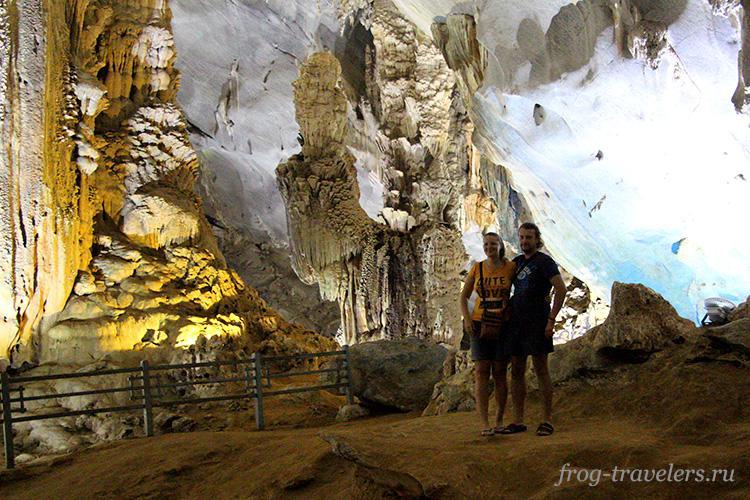 Марина и Константин Саморосенко изучают сталактиты и сталагмиты
