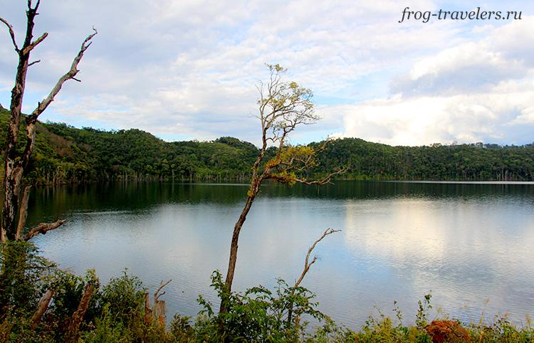 Озеро в метеоритном кратере Нонг Фа
