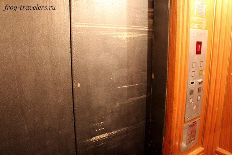 Лифт хорошо обшарпанный