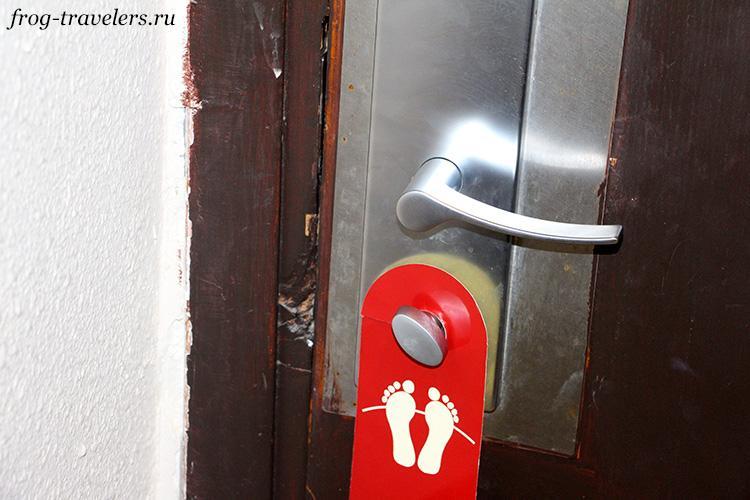 Дверь, вероятно, не раз пытались выломать